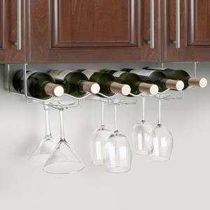 Wijnfles en glazenrek